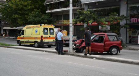 Αυτοκίνητο έπεσε σε κολόνα στην οδό Ηρώων Πολυτεχνείου στη Λάρισα – Δείτε φωτογραφίες