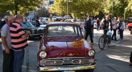 Γέμισε υπέροχες αντίκες η Κεντρική πλατεία της Λάρισας – Εκκίνηση για το 9o Ιστορικό Ράλλυ Ολύμπου (φωτό – βίντεο)