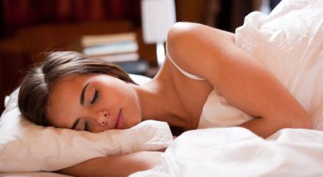 Κοιμάστε πλάι, μπρούμυτα ή ανάσκελα; Τι πρέπει να προσέξετε σε κάθε στάση ύπνου