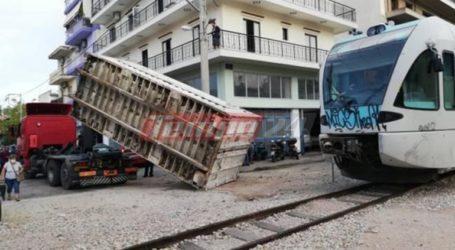 Κοντέινερ έπεσε πάνω σε συρμό του προαστιακού σιδηροδρόμου
