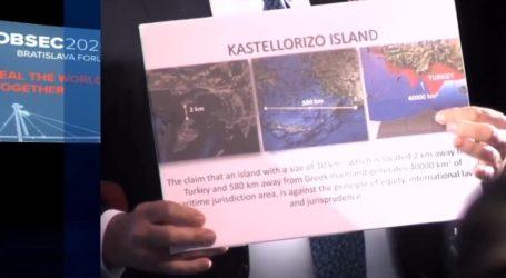 Σόου Τσαβούσογλου με χάρτη του Καστελόριζου πριν τη συνάντηση με Δένδια