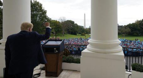 «Είμαι καλά» δηλώνει ο Τραμπ από το μπαλκόνι του Λευκού Οίκου: «Ο κορωνοϊός εξαφανίζεται»