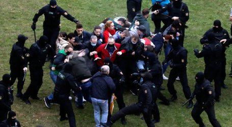 Η αστυνομία έριξε βομβίδες κρότου-λάμψης και νερό υπό πίεση για να διαλύσει διαδήλωση