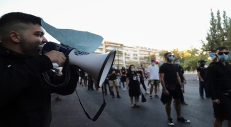 Επεισόδια στο οδόφραγμα της Δερύνειας για το άνοιγμα των Βαρωσίων