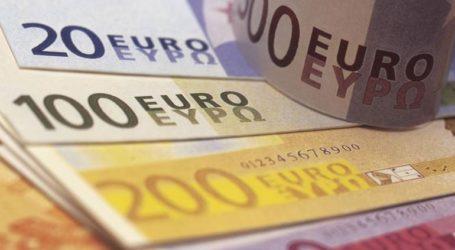 Οριακή υποχώρηση του ευρώ