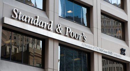 Ο οίκος αξιολόγησης S&P υποβαθμίζει σε «αρνητική» την προοπτική του δημοσίου χρέους