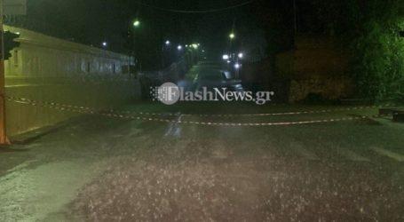 Οδηγοί εγκλωβίστηκαν στα αυτοκίνητά τους σε δρόμο των Χανίων