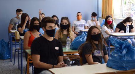 «Διάλειμμα μάσκας» για τους μαθητές ζητά το υπουργείο Παιδείας