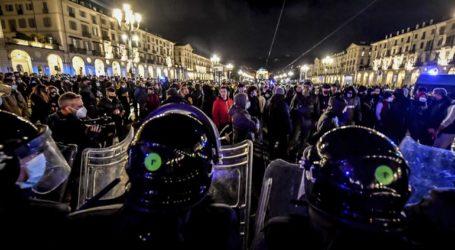 Η αστυνομία με αντλίες διέλυσε διαδήλωση νεοφασιστών