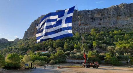 Κρητικός ύψωσε τη μεγαλύτερη Ελληνική σημαία στο Καστελόριζο
