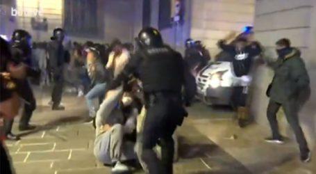 Συγκρούσεις μεταξύ αστυνομικών και διαδηλωτών στη Βαρκελώνη