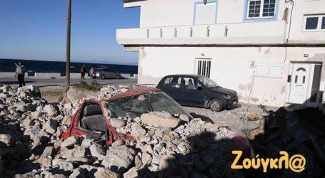 Μετρά τις πληγές του το Καρλόβασι μετά τον καταστροφικό σεισμό