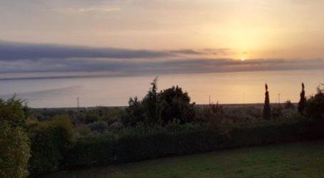 """Λάρισα: Καλοκαιράκι ξανά – """"Λάδι"""" η θάλασσα σήμερα στον Αγιόκαμπο (φωτο)"""