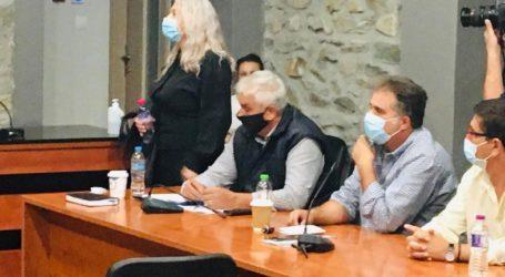 Κάτοικοι παρακολουθούν με ανησυχία το δημοτικό συμβούλιο του Δήμου Τεμπών λόγω της εγκατάστασης των προσφύγων στην περιοχή (φωτο)