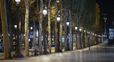 Σαββατόβραδο στους έρημους δρόμους του Παρισιού εξαιτίας της απαγόρευσης της κυκλοφορίας
