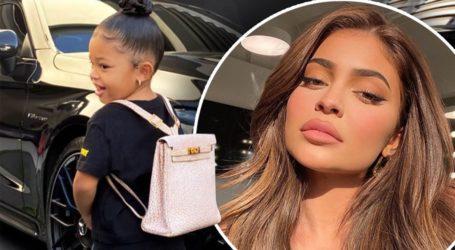 Kylie Jenner: Η μικρή Stormi πάει πρώτη μέρα στο σχολείο με σακίδιο Hermès αξίας $12.000