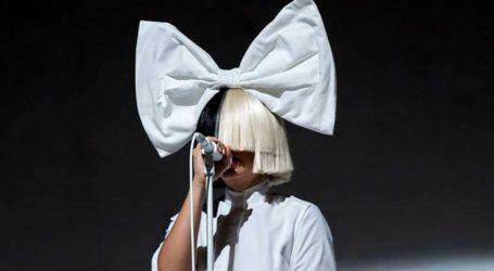 Sia: Υιοθέτησε ένα παιδί που είδε σε ντοκιμαντέρ στην τηλεόραση