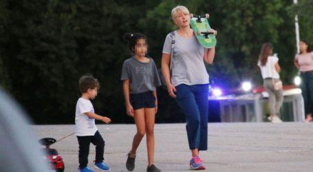 Σία Κοσιώνη: Οικογενειακή βόλτα στο κέντρο της πόλης με casual look
