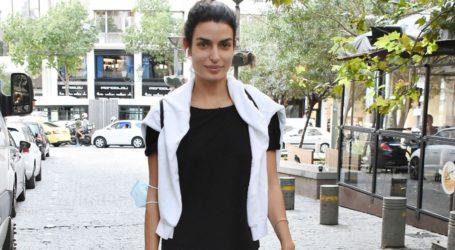 Τόνια Σωτηροπούλου: Βόλτα στο κέντρο της πόλης με casual look και χωρίς ίχνος μακιγιάζ