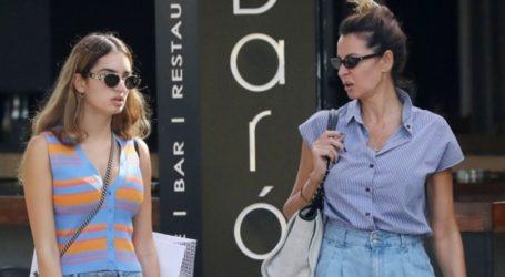 Μαρία Καλάβρια: Σπάνια δημόσια εμφάνιση με την κόρη της και casual look στη Γλυφάδα