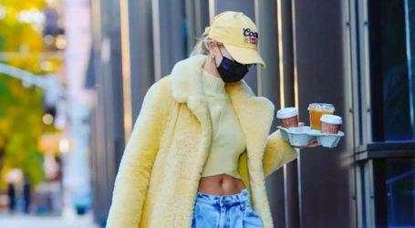 Η Hailey Bieber μόλις φόρεσε το it παλτό της σεζόν από τον οίκο Bottega Veneta