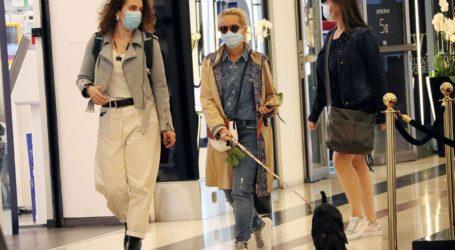 Η Μαρία Μπεκατώρου με total denim look σε γνωστό εμπορικό κέντρο