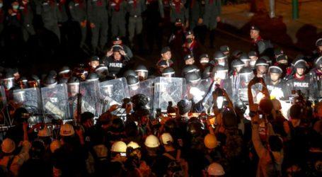 Ο πρωθυπουργός υποχωρεί μπροστά στους διαδηλωτές και αίρει το διάταγμα που απαγόρευε τις συναθροίσεις