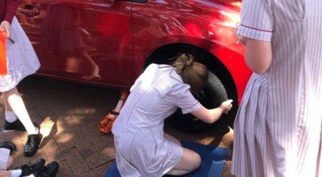 Σχολείο στην Αυστραλία σπάει τα στερεότυπα και μαθαίνει στα κορίτσια πώς να αλλάζουν λάστιχο στο αυτοκίνητο