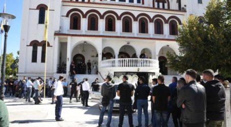 Λάρισα: Θρήνος και οδυρμός στην κηδεία του 24χρονου αστυνομικού (φωτο)