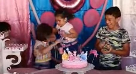 Τρίχρονη άρπαξε από τα μαλλιά τη διπλανή της επειδή έσβησε το κερί των γενεθλίων της (vid)