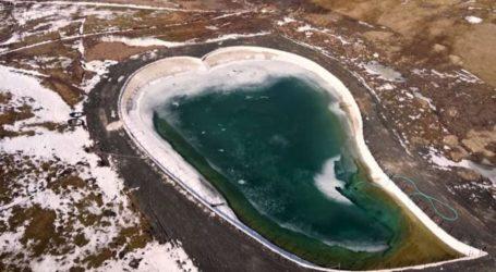 """Η """"λίμνη της αγάπης"""" βρίσκεται στο Μέτσοβο και έχει σχήμα καρδιάς!"""