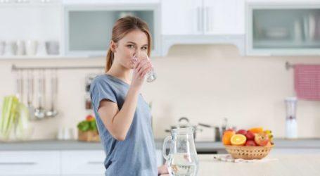 Γιατί πρέπει να πίνουμε νερό μόλις ξυπνάμε το πρωί
