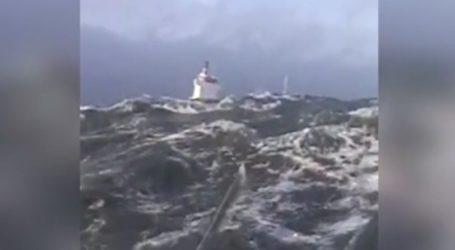 Ρυμουλκά «παλεύουν» με κύματα 6 μέτρων για να αποτρέψουν ατύχημα φορτηγού πλοίου 4000 τόνων (vid)