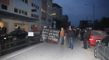 Έξω από Γενικό Νοσοκομείο Λάρισας η συγκέντρωση ΑΝΤΑΡΣΥΑ, ΝΑΡ, ΚΚΕ ΜΛ και αντιεξουσιαστών για την επέτειο του Πολυτεχνείου (φωτό)