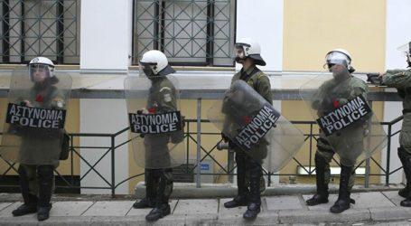 Ένταση στην Ευελπίδων κατά την προσαγωγή των 9 συλληφθέντων από το Νέο Ηράκλειο