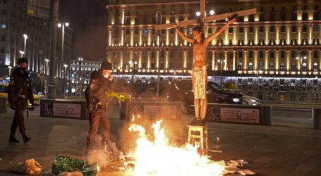 Συνελήφθη στη Μόσχα ακτιβιστής που οργάνωσε παράσταση διαμαρτυρίας ντυμένος Ιησούς Χριστός