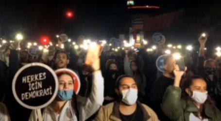 Χιλιάδες Τουρκοκύπριοι διαδήλωσαν στην κατεχόμενη Λευκωσία κατά της πολιτικής Ερντογάν