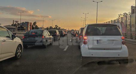 Μποτιλιάρισμα στην Εθνική εξαιτίας τροχαίου: Ταξί έπεσε στις μπάρες
