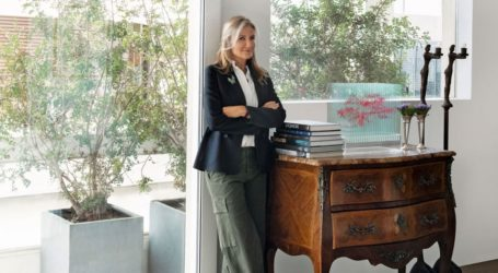 H Μαρέβα Μητσοτάκη φωτογραφίζεται για τους Financial Times στο σπίτι της