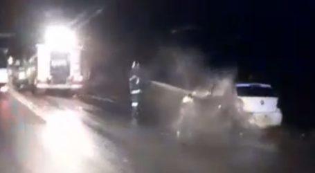 Αυτοκίνητο τυλίχθηκε στις φλόγες στο δρόμο Λάρισας – Αγιάς (φωτό – βίντεο)