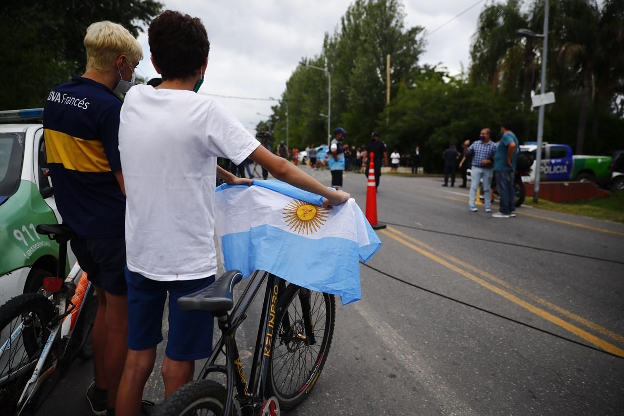 Πολίτες συγκεντρώνονται έξω από το σπίτι του Diego Maradona, στο Μπουένος Άιρες της Αργεντινής