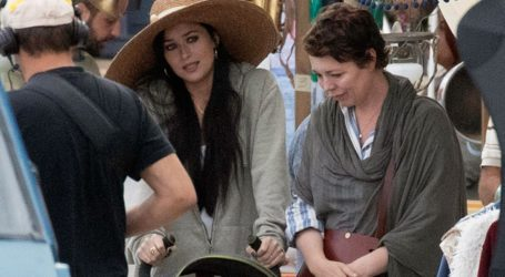 Dakota Johnson-Olivia Colman: Νέες φωτογραφίες από τα γυρίσματα της νέας τους ταινίας στις Σπέτσες