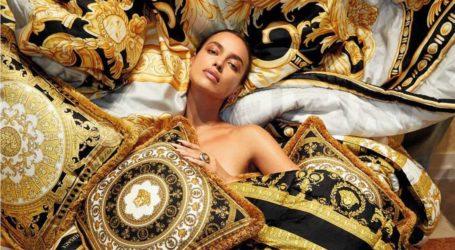 Η Irina Shayk κόβει την ανάσα ποζάροντας για τον οίκο Versace