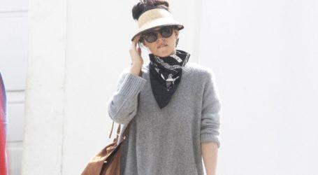 Dakota Johnson: Βόλτα στις Σπέτσες με casual look