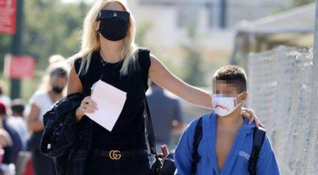 Φαίη Σκορδά: Με total black look στη Γλφάδα με τον γιο της Γιάννη