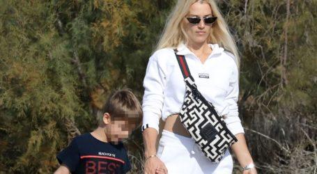 Βικτώρια Καρύδα: Πρωινή βόλτα με τον γιο της στη Γλυφάδα και άψογο στυλ