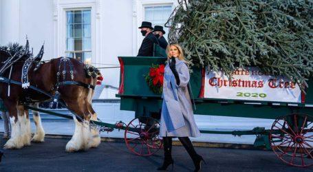 Melania Trump: Υποδέχτηκε το τελευταίο χριστουγεννιάτικο δέντρο με Balenciaga και ψηλοτάκουνες μπότες