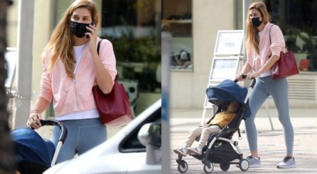 Ana Beatriz Barros: Βόλτα στη Γλυφάδα με τον γιο της και athleisure look