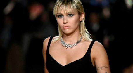 Η Miley Cyrus αποκαλύπτει πως υποτροπίασε μέσα στην καραντίνα με το αλκοόλ!