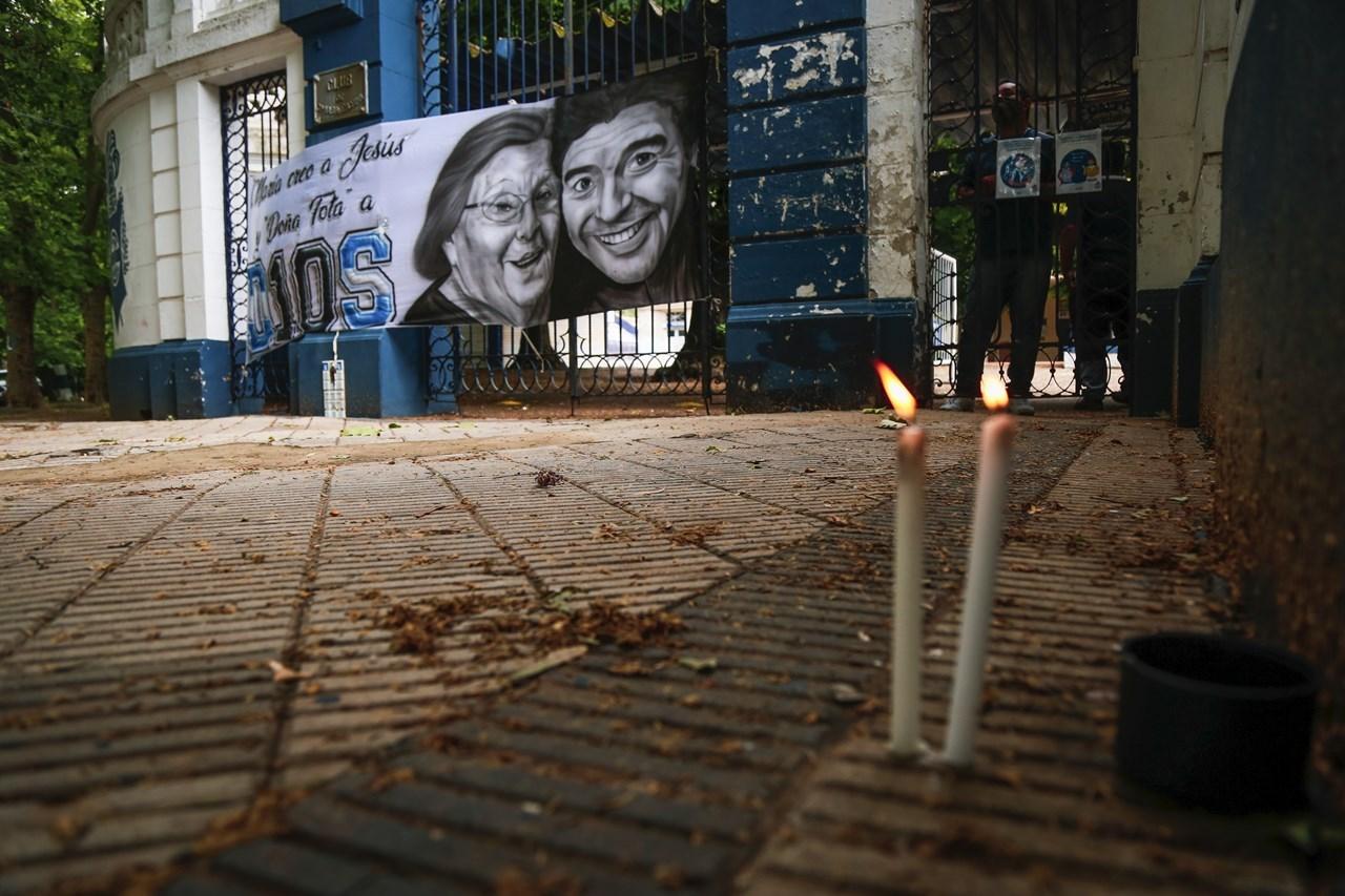 Κεριά αναμμένα προς τιμήν του Ντιέγκο Μαραντόνα στην είσοδο του ποδοσφαιρικού συλλόγου Gimnasia y Esgrima, με προπονητή τη Μαραντόνα, στη Λα Πλάτα της Αργεντινής